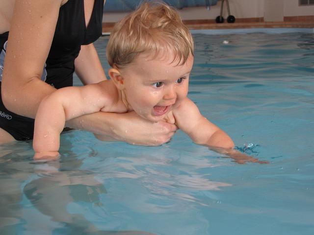 batole v bazénu
