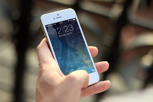 půl jedný na mobilu