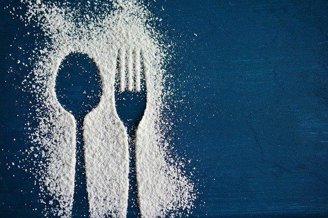příbory vysypané z cukru