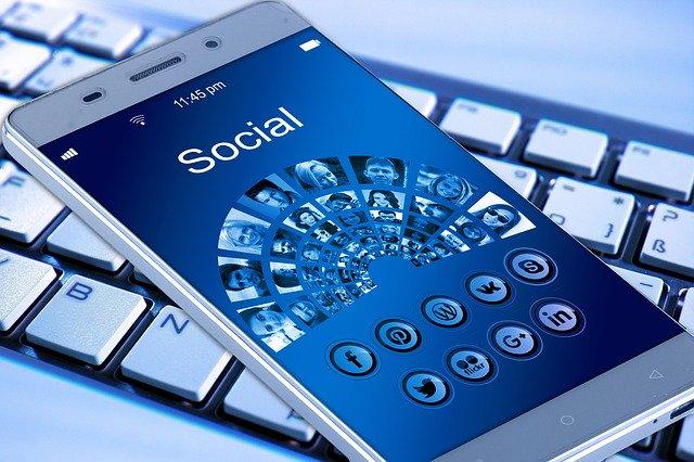 telefon se sociálními sitěmi