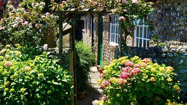 kamenný dům se zahradou