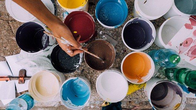 plechovky s barvou