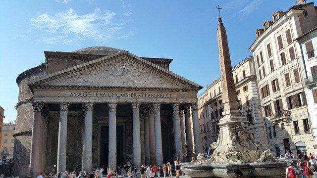 Pohled na budovu Pantheonu s fontánou