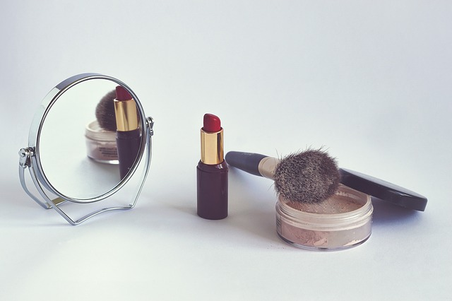 Kosmetika se zrcátkem